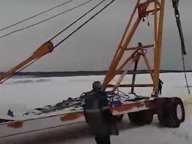 Вслед за бензовозом и автокраном в реке Лене утонул трактор