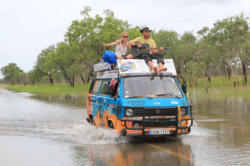 Блогеры из Польши объехали 50+ стран на старом фургоне, тратя лишь $8 долларов в день