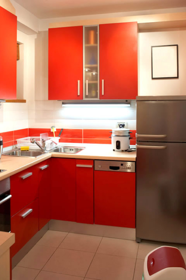 Угловая кухня красного цвета