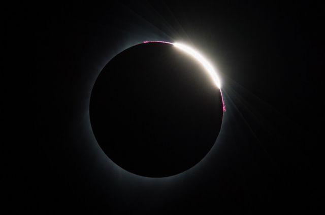 Опубликованы первые кадры солнечного затмения с суперлуной в пятницу 13-е