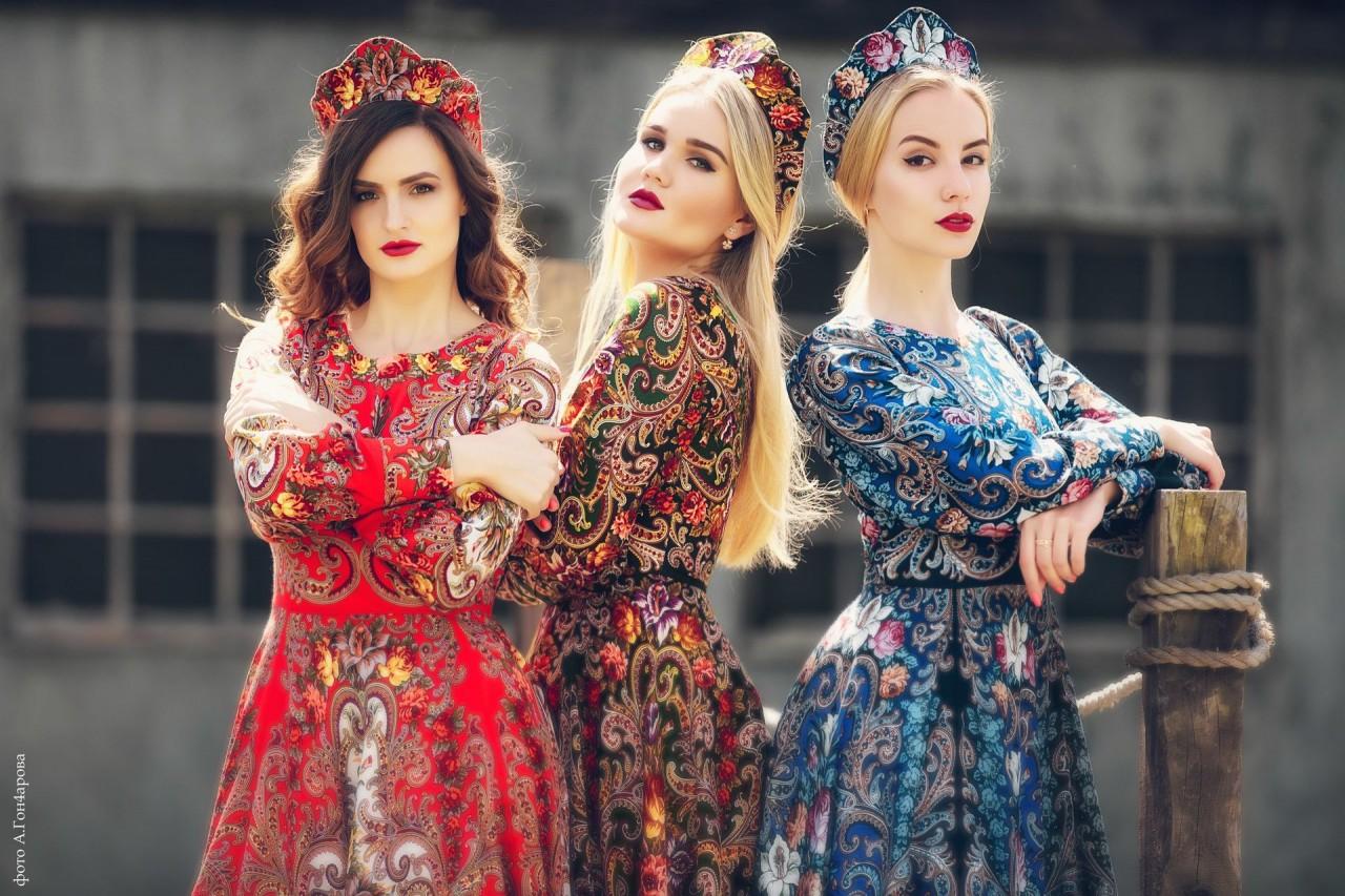 9 живописных традиционных нарядов, которые гордо вошли в современную моду