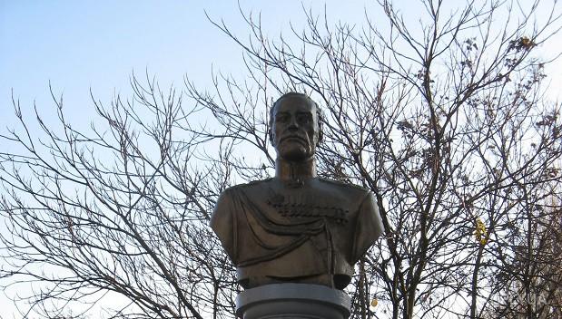 В Одессе снесли памятник Романову и списали на декоммунизацию