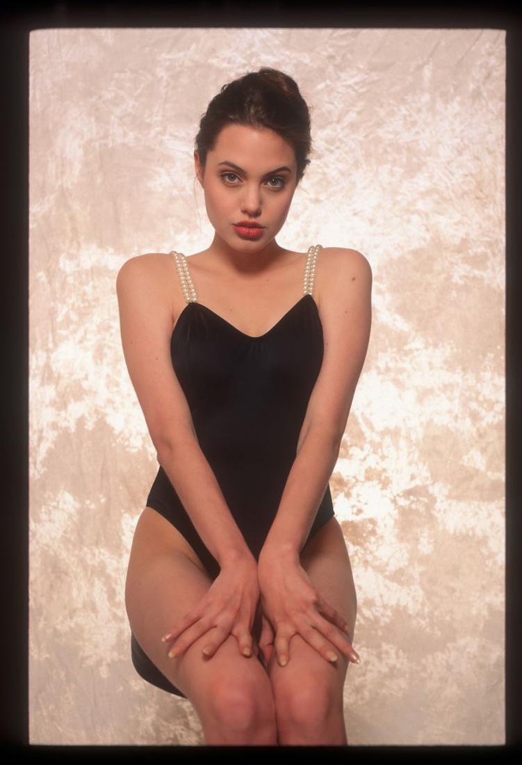 В Сеть попали откровенные снимки 16-летней Джоли