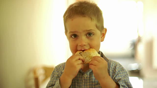 Одноклассник дочери доедал остатки школьных обедов