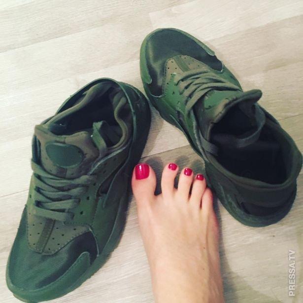 Женщина зарабатывает 100 000 фунтов стерлингов в год, продавая свои грязные носки и кроссовки