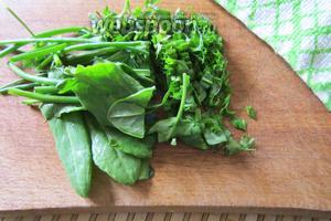 Теперь приступаем к зелени. Достаточно мелко (либо так, как вам нравится) нарезаем перья петрушки и листья щавеля.
