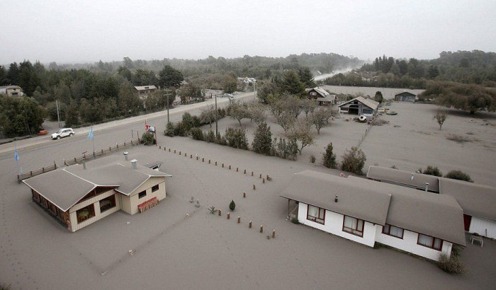 В Чили толстый слой вулканического пепла покрыл населенные пункты
