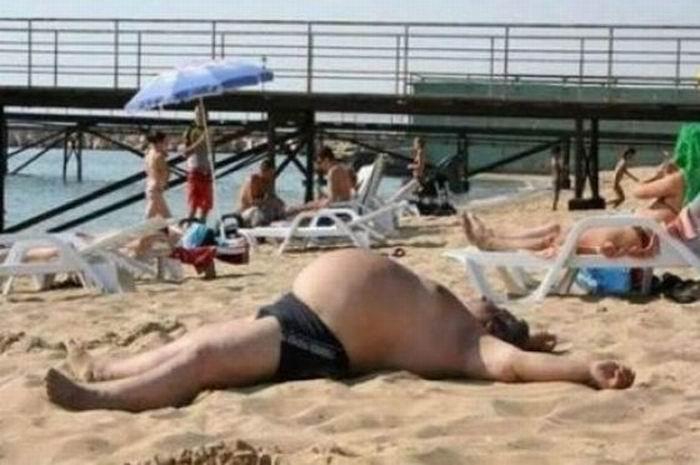 Мужик загорает на пляже фото