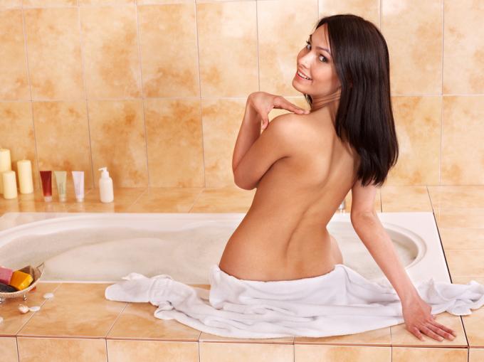 Сладенькая брюнетка моется в ванне одна  392437