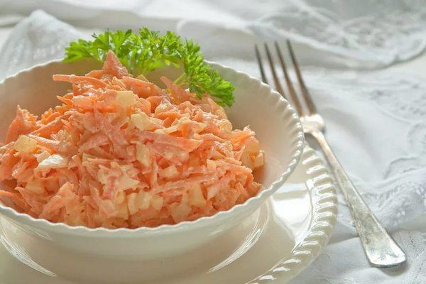 Простой салат из моркови с сыром 0