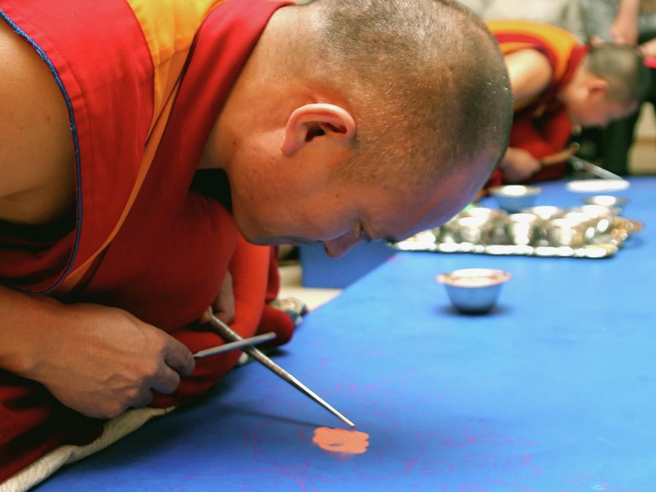 Тибетские монахи построили в Москве мандалу Будды сострадания