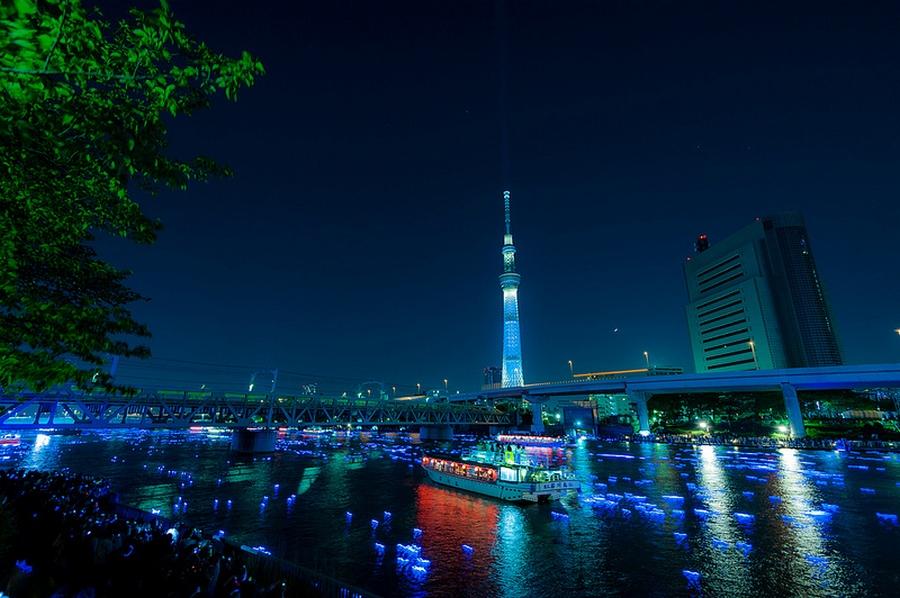 61 100.000 Голубые Шары, Плавающие Вниз по Реке В Токио