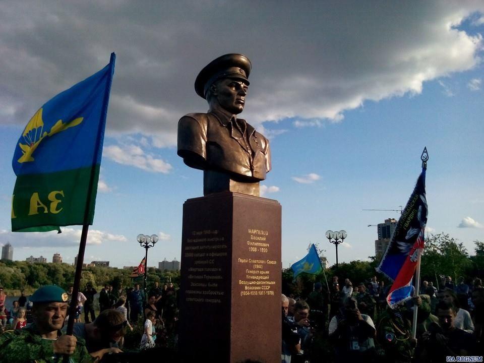 В Донецке открыли памятник основателю ВДВ СССР