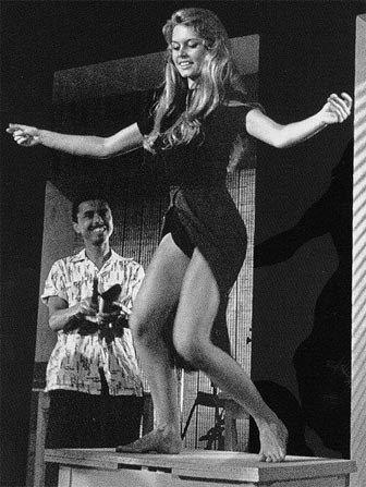 """Танец Бриджит Бардо из фильма """"И Бог создал женщину"""".1956 год."""