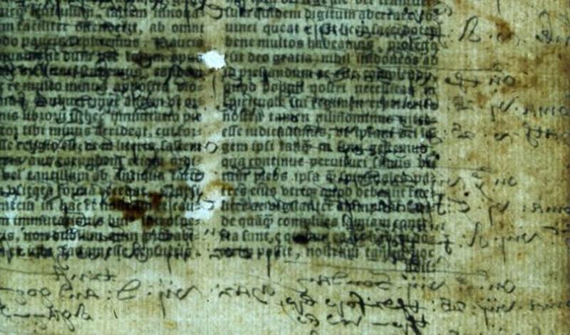 Скрытый смысл старейшей Библии Англии Перевод Библии на английский язык был когда-то опаснейшим занятием. При Генрихе VIII, постаравшемся подогнать религиозное писание под свои цели, протестанты с не утвержденным текстом Библии могли с легкостью заработать смертный приговор. В 1535 году официальная книга за подписью самого короля увидела свет. На сегодняшний день той Библии осталось всего семь экземпляров, и недавно ученые обнаружили скрытый текст на страницах одной из них. Пока расшифрована лишь малая толика информации: судя по ней, Реформация в Англии шла совсем не так, как считают историки.
