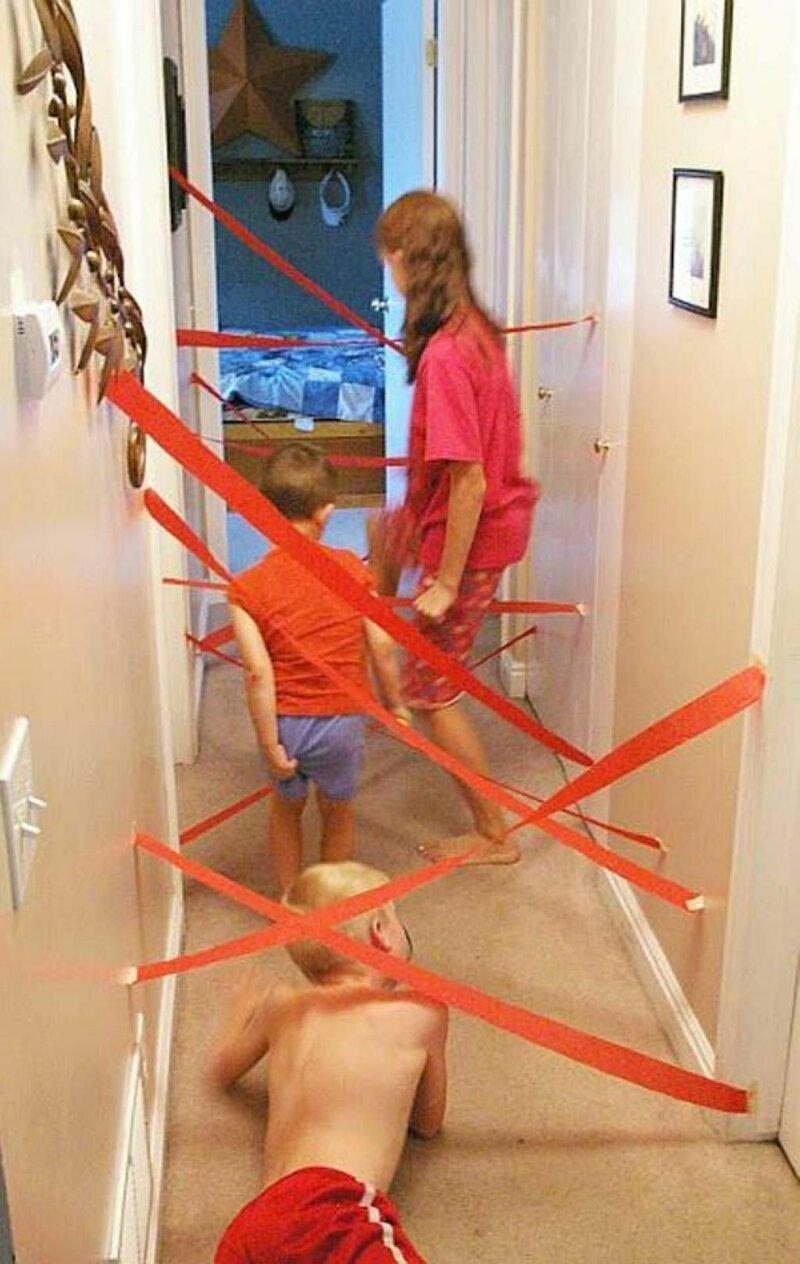 Устройте детям шпионский мир - натяните ленточки и пусть пытаются пролезть. Можно еще бубенчики добавить, для пущей наглядности Фабрика идей, гениально, дети, занятие, интересное, родители, увлечение