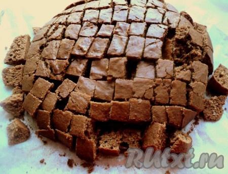 Шоколадный корж разрезать на кубики 1,5х1,5 см.