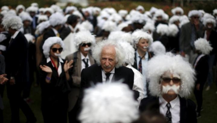 Сотни двойников Эйнштейна вышли на улицы Лос-Анджелеса