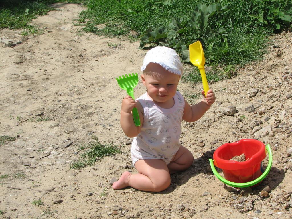 ребёнок в песочнице