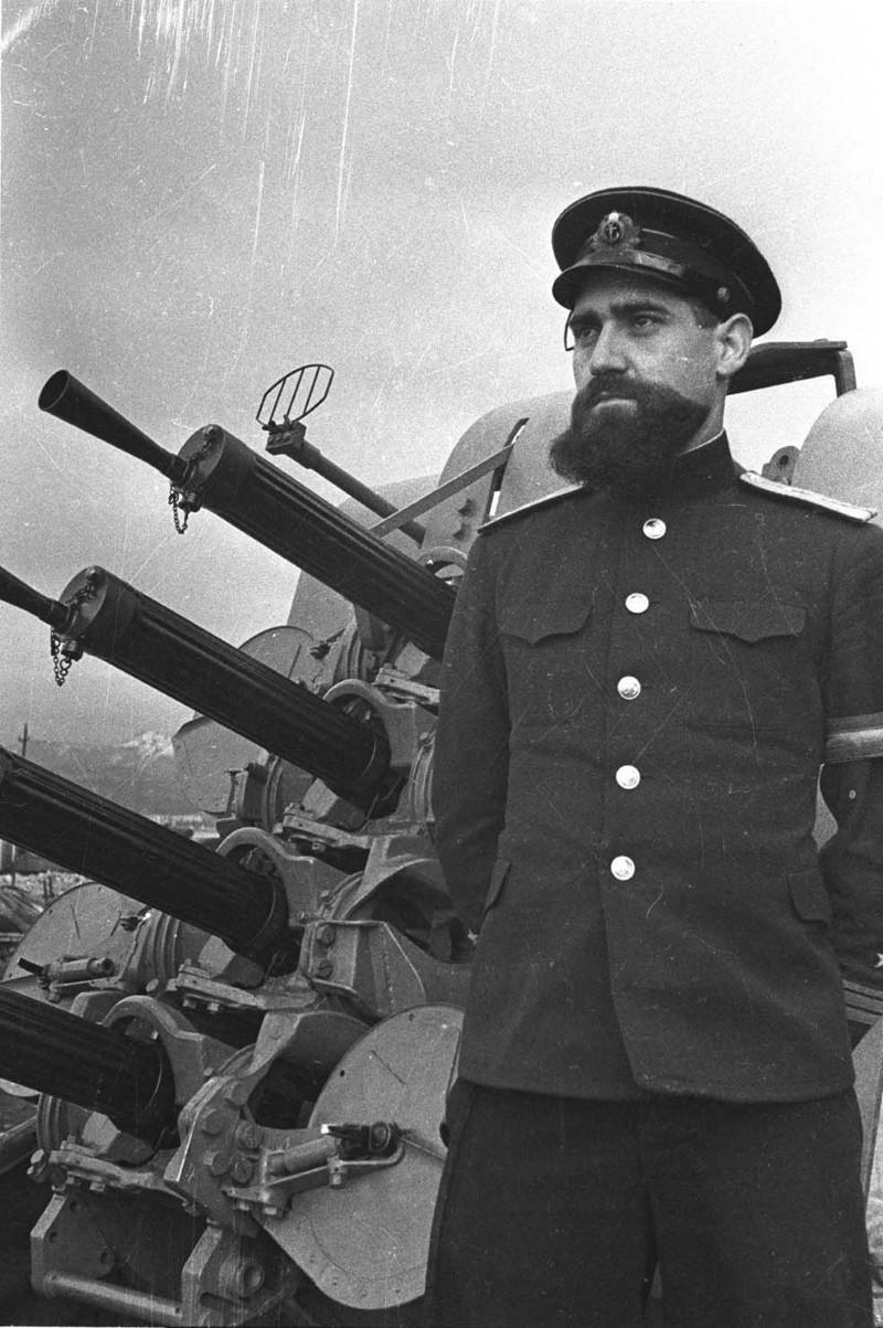 3. Советский вахтенный офицер в звании капитан-лейтенант на фоне 12,7-мм счетверённой корабельной зенитно-пулемётной установки «Виккерс». интересное, исторические фото, история, фото