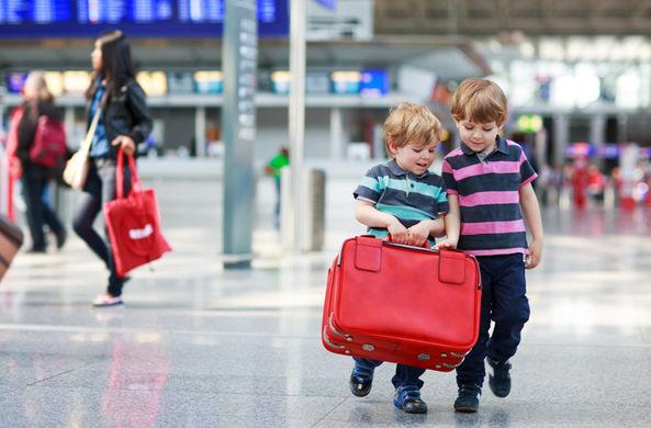 Опубликованы частые ошибки взрослых, из-за которых детей могут не выпустить за границу