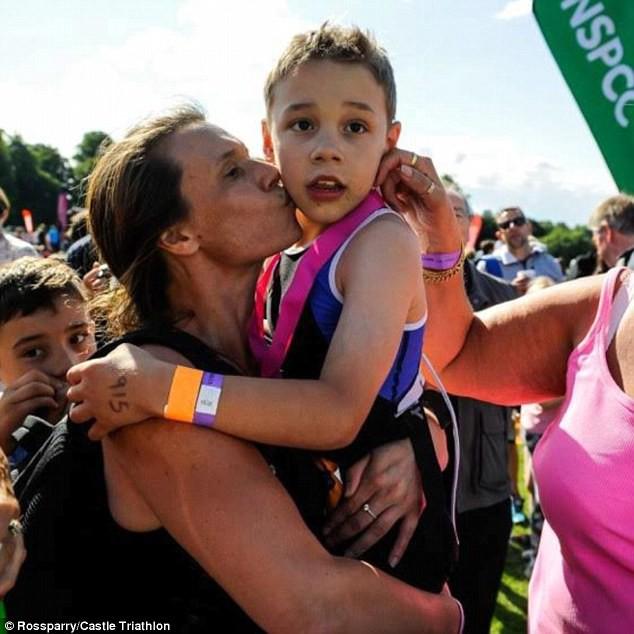 8-летний Бэйли празднует со своей мамой Джулией у финишной линии турнира по триатлону болезнь, жизнь, ребенок, финиш
