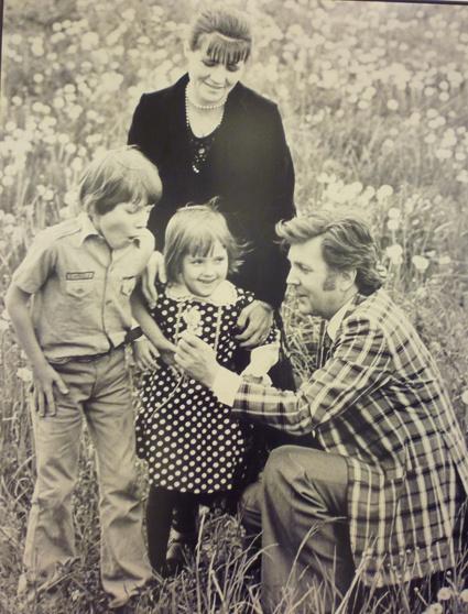 С женой Ниной Виноградовой-Бенуа, сыном Ваней и дочерью Верой