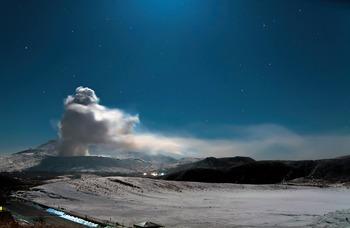 В Японии извергается вулкан, в котором находилось логово кинозлодея