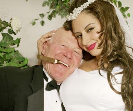 Дедушка и девушка: это ж как надо деньги любить...
