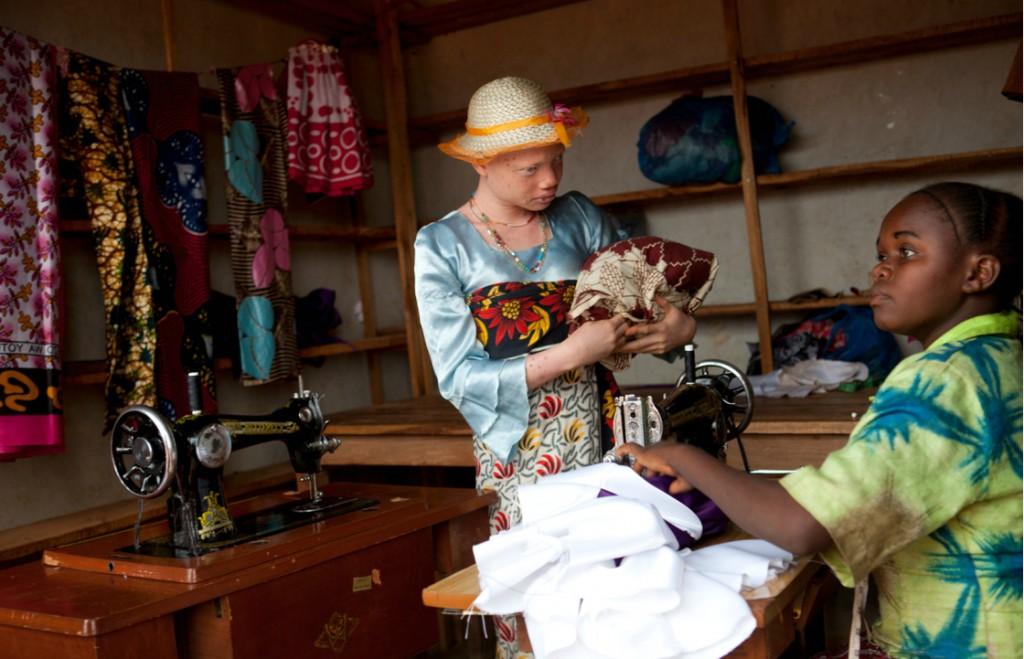 За что альбиносов в Танзании рубят на куски? Впечатлительным, женщинам, беременным НЕ СМОТРЕТЬ!