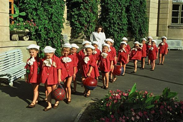 Советский детский сад на прогулке