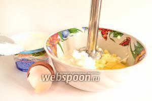 Начнём с приготовления теста. Сначала нужно растереть размягчённое сливочное масло с солью и сахаром. Затем добавить яйцо. Всё размешать.
