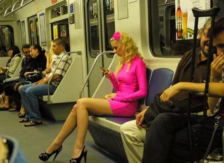 Блондинка в метро поразила всех вокруг — челюсти упали у каждого! Невероятно!