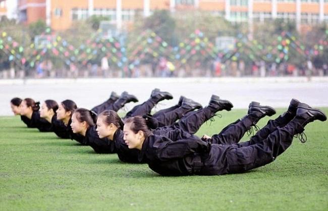 Не каждый спецназовец сможет стать китайской стюардессой. У девчонок там такой отбор, что у меня аж челюсть выпала...