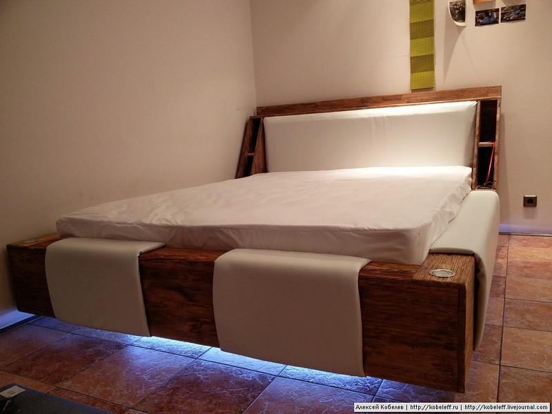 С матрасом, включенным освещением в комнате и включенной нижней подсветкой. кровать, мебель, сделай сам