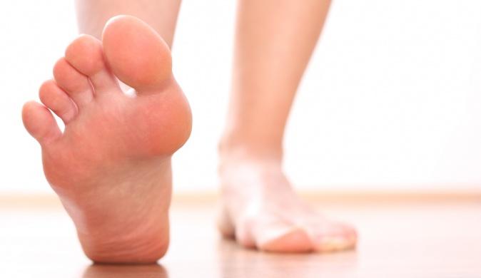 """Почему появляется """"косточка"""" на большом пальце ноги и что делать"""