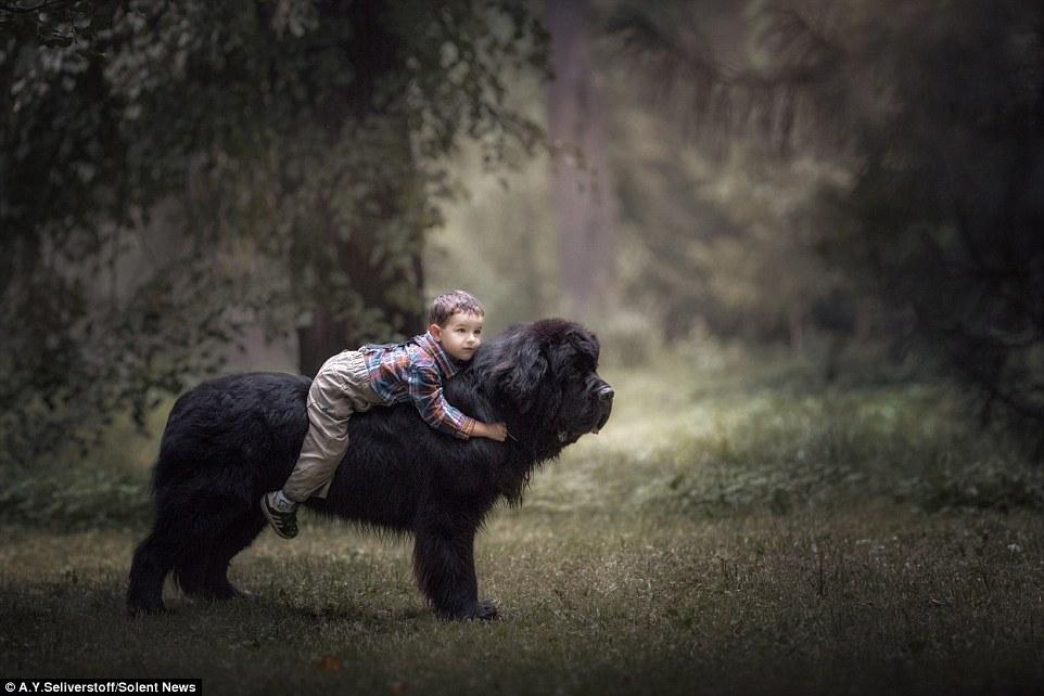 Маленькие дети с огромными лучшими друзьями