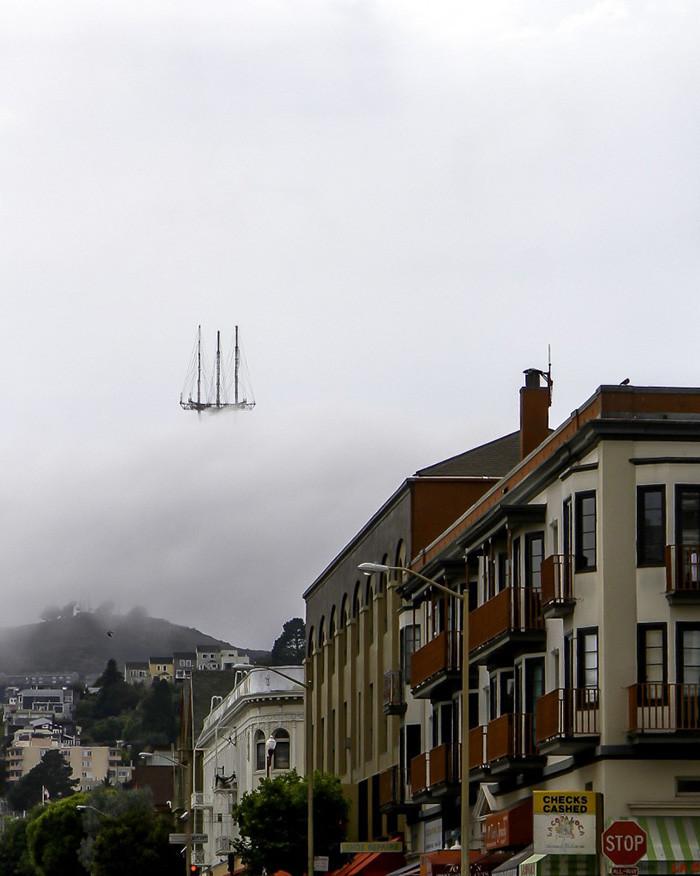 4. Башня Сютро в тумане выглядит как