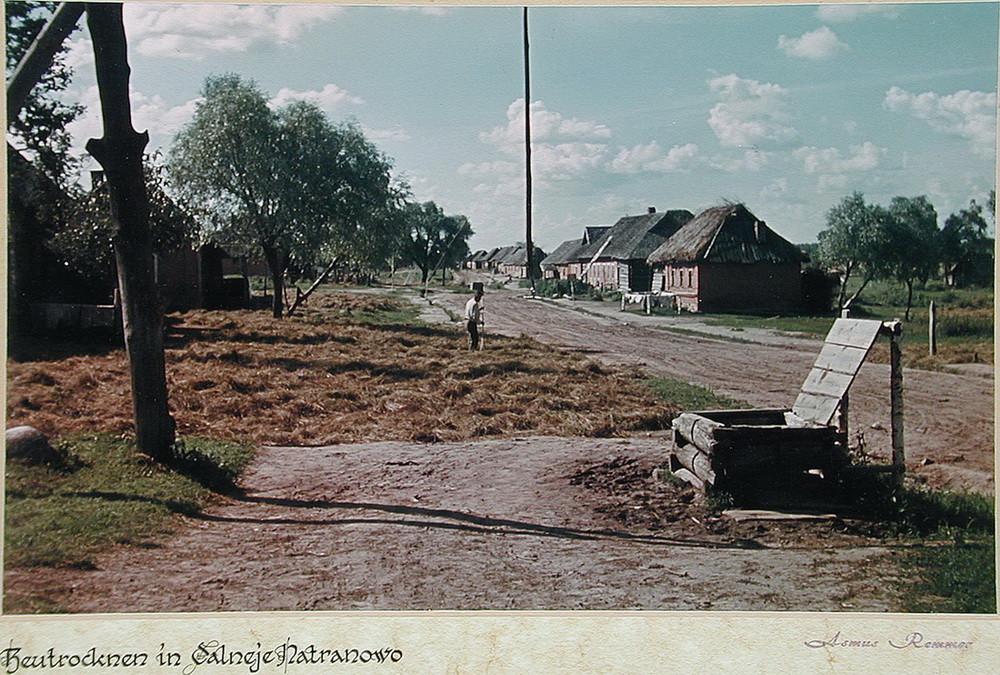 Советский крестьянин сушит сено в деревне Дальнее Натраново (Dalneje Natranovo). Калужская область деревня, фото