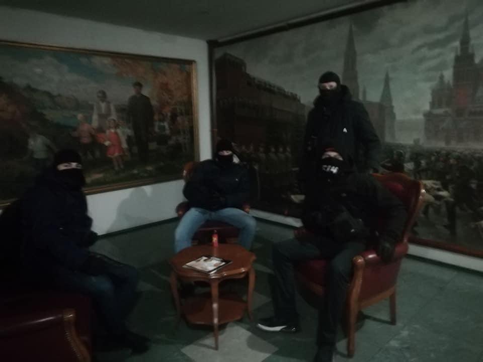В Днепропетровске нацисты заблокировали гостиницу, стилизованную под советскую эпоху