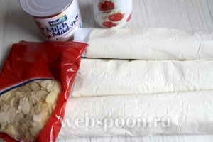 Для приготовления торта возьмём готвое слоёное тесто, миндальные лепестки, сгущёнку и сливки.