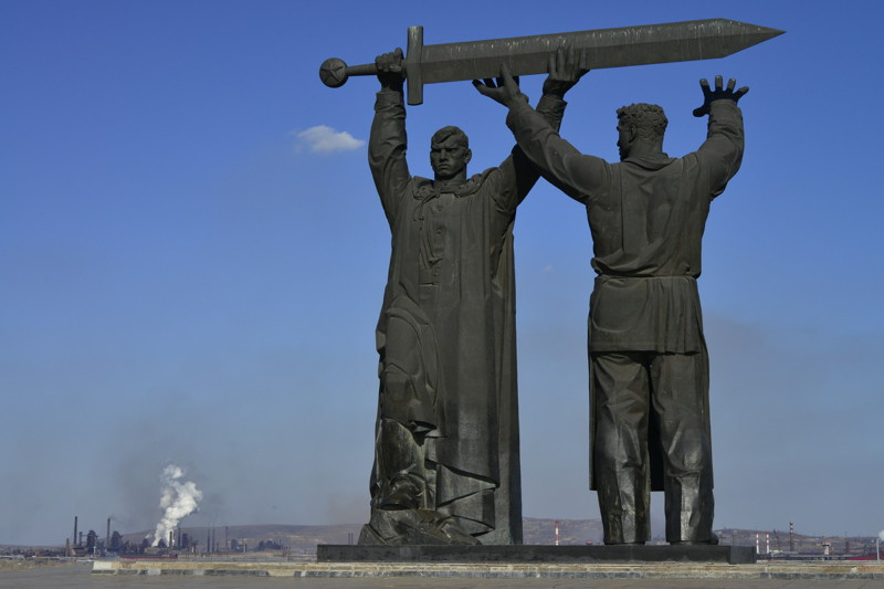 """Первая часть """"Тыл - фронту"""" стоит в Магнитогорске, где ковали меч Победы. На нём рабочий передаёт меч солдату. война, гордость, история, память, родина, россия"""