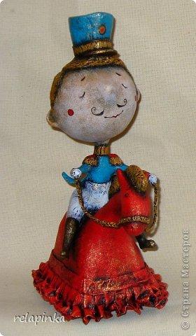 Игрушка 23 февраля Папье-маше Маленький генерал на прекрасной лошадке в красном Бумага фото 3