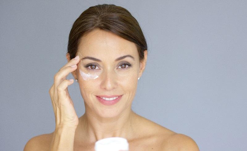Это копеечное средство с легкостью уберет морщинки вокруг глаз!