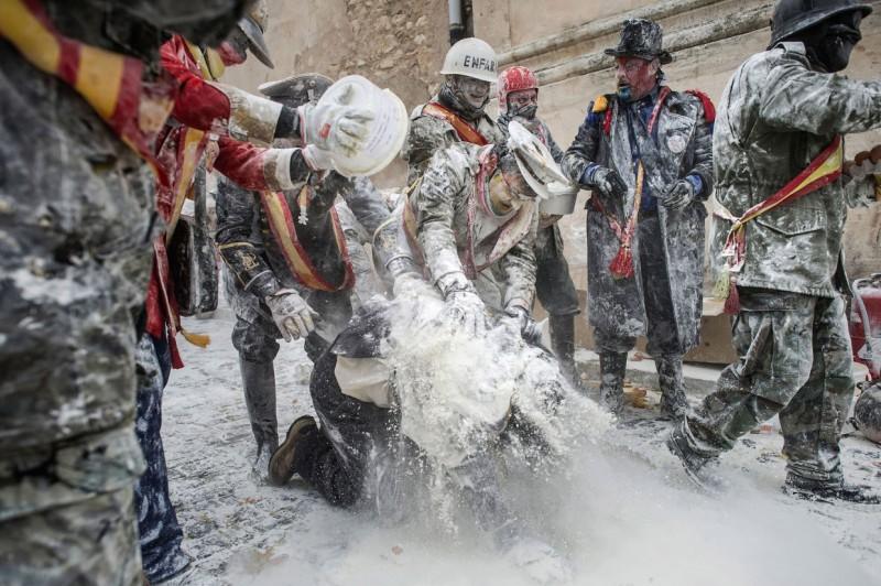 Фестиваль яично-мучной битвы в Испании