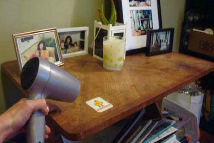 Чтобы легко удалить наклейки с посуды и мебели, прогрейте их феном.