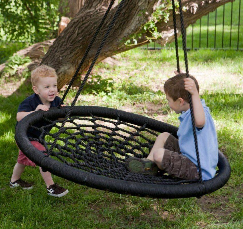 На большом дереве можно обустроить качели для малышей