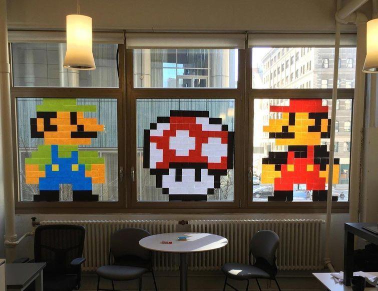 """2. Кто-то, кто выложил персонажей игры """"Super Mario Bros."""" из кусочков бумаги для заметок люди, работа, развлечения"""