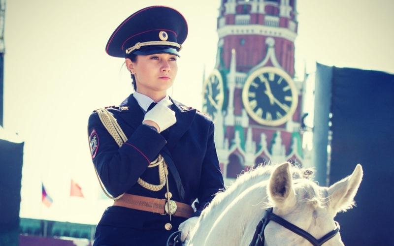 «Зовут в гости, замуж — нет»: иностранцы атаковали самого красивого полицейского Москвы