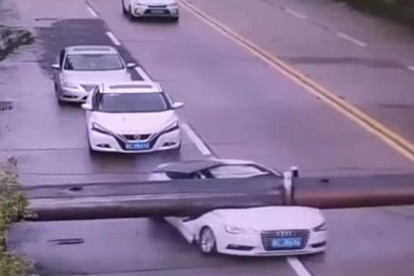 В Китае водитель чудом выжил при падении крана на его машину